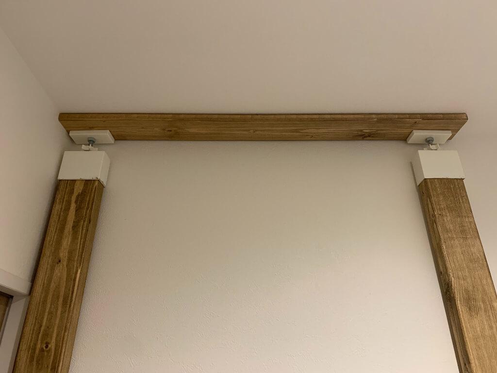 ラブリコで突っ張るときは、天井とアジャスターの間に木材を挟んであげると天井抜けしにくいです。